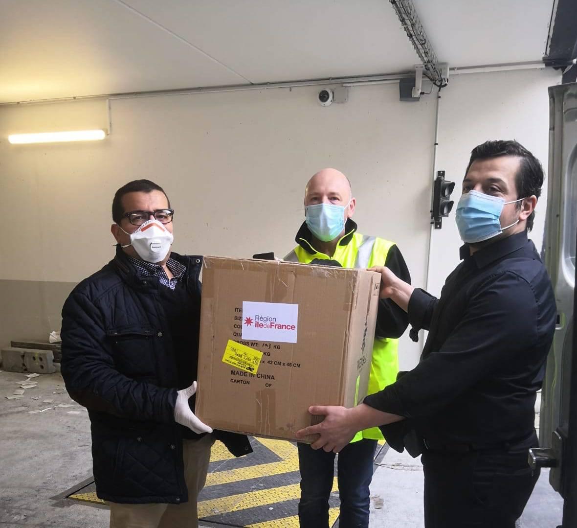 La présidente de la région Île-de-France, Valérie Pécresse, offre des masques aux imams et aumôniers de l'Île-de-France